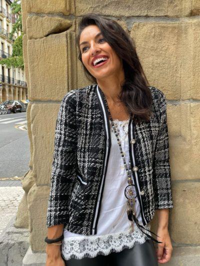 Americana estilo Chanel en tonos blanco y negro