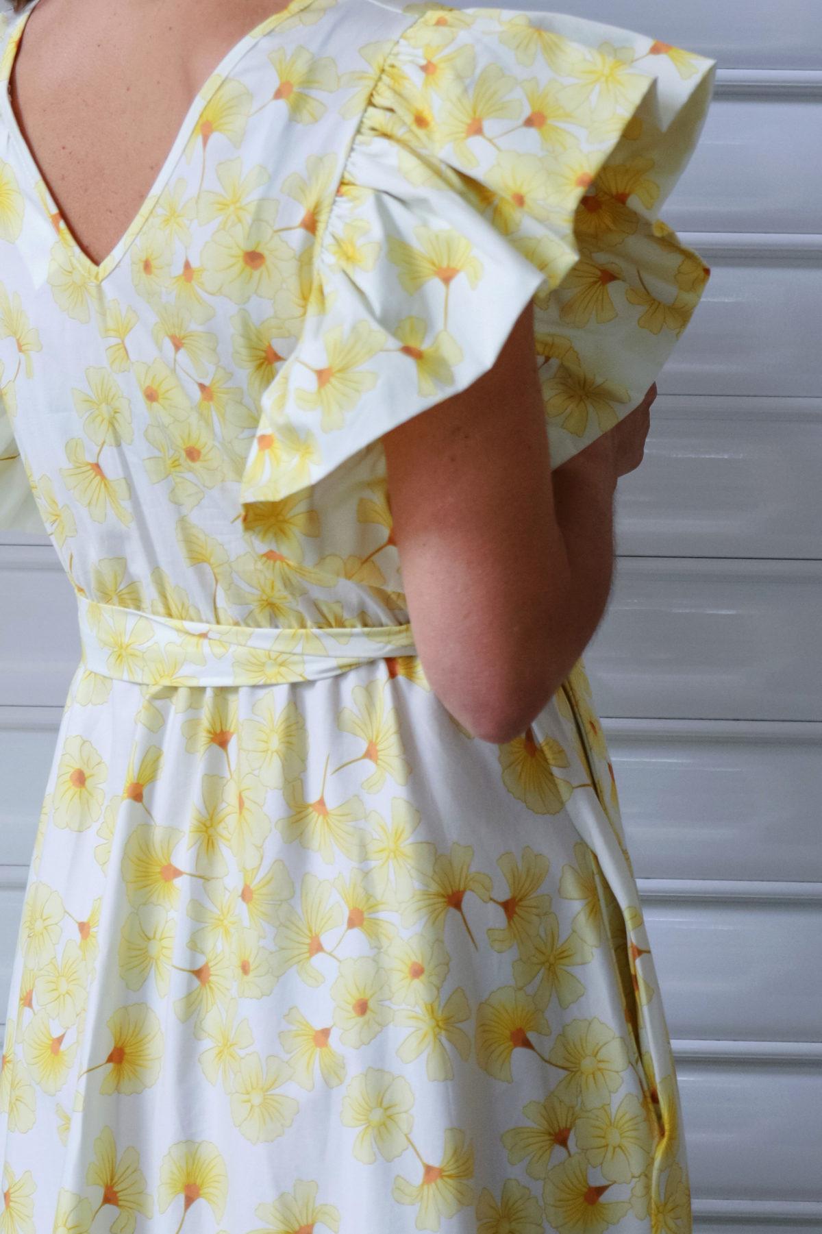 Vestido de flores amarillo con volantes