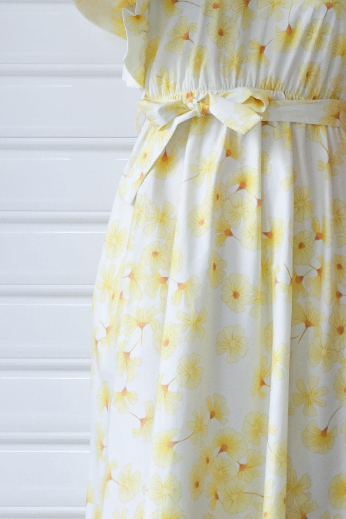 Vestido floral amarillo con volantes