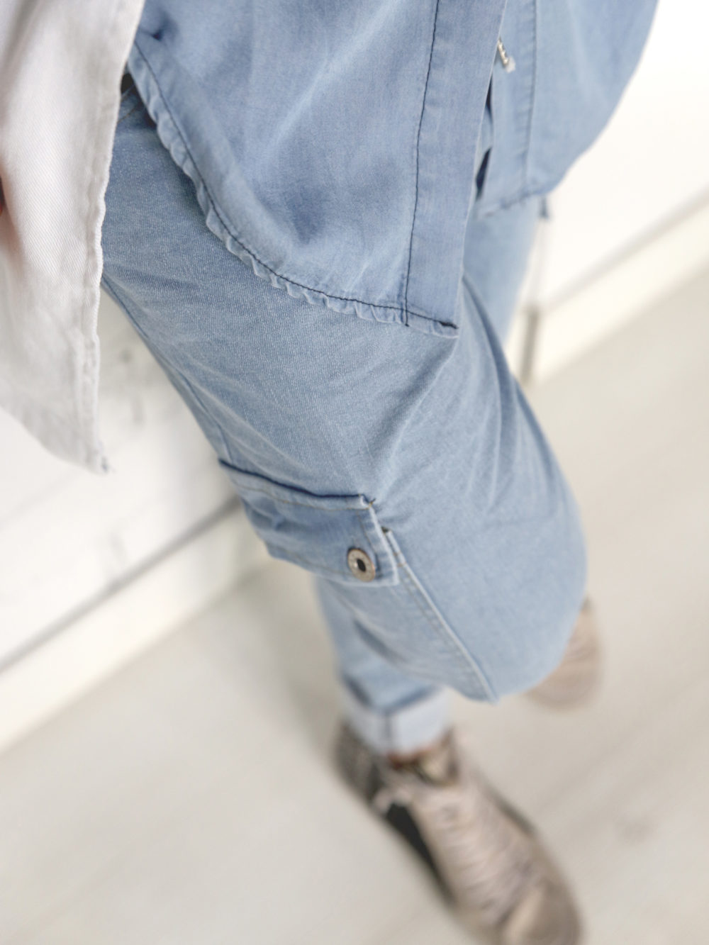 pantalón estilo cargo con bolsillos a los lados